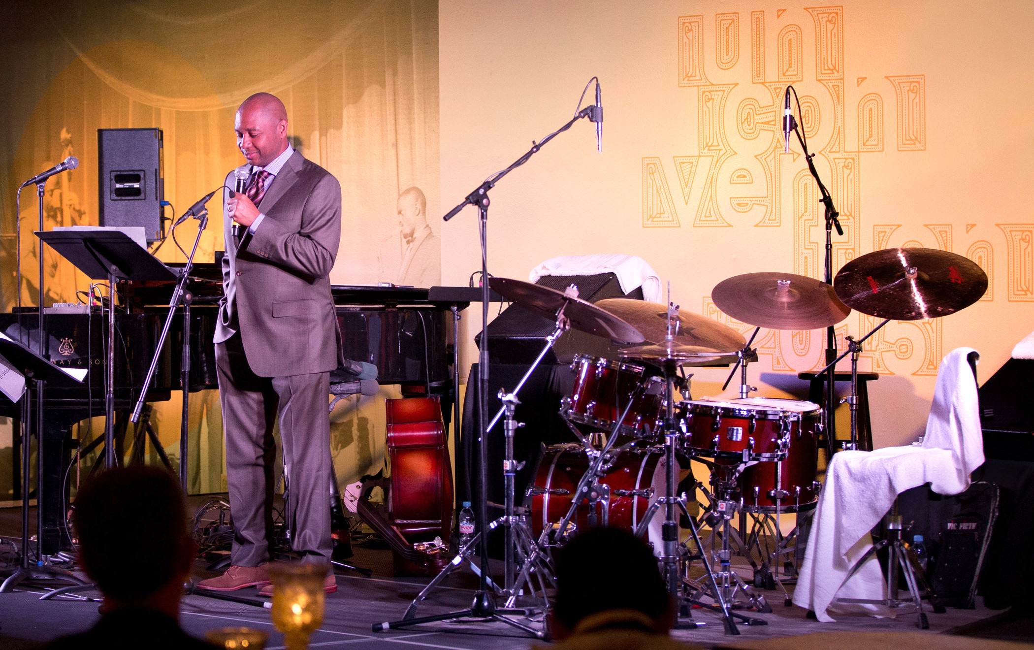 Branford Marsalis speaks from the bandstand at a 2015 KCG Uncon client event dinner.